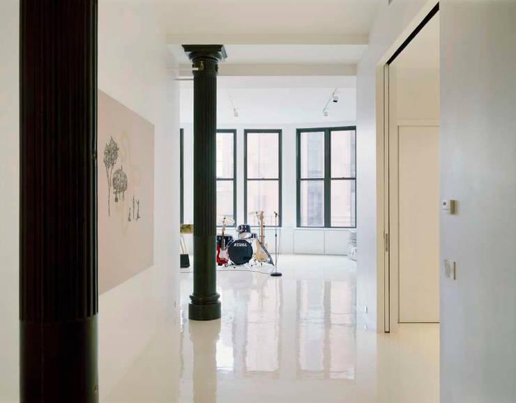 Noho Loft, New York:  Corridor & hallway by studioMDA