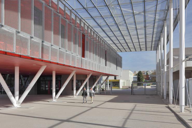 L'axe central du lycée: Ecoles de style  par  Hellin Sebbag architectes associés