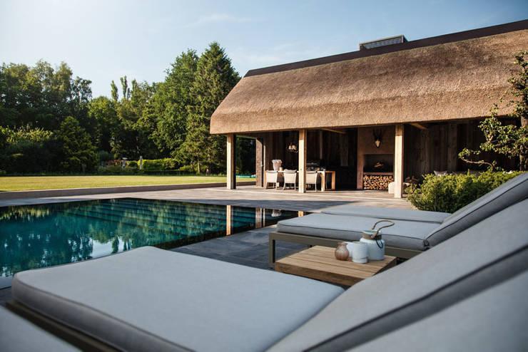 Wellnesstuin verbonden met het omliggende landschap:  Zwembad door Studio REDD exclusieve tuinen
