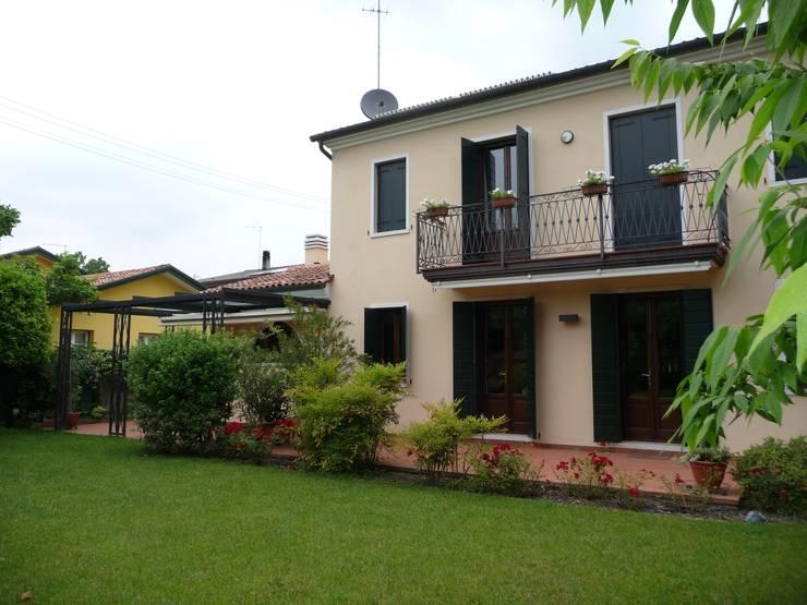 Ristrutturazione e ampliamento di una casa unifamiliare a Zelarino (Venezia):  in stile  di Studio di architettura Baldin & Partners,