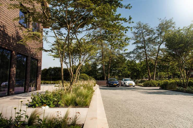 Wellnesstuin verbonden met het omliggende landschap:  Tuin door Studio REDD exclusieve tuinen