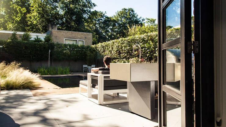 Een villatuin voor levensgenieters:  Tuin door Studio REDD exclusieve tuinen