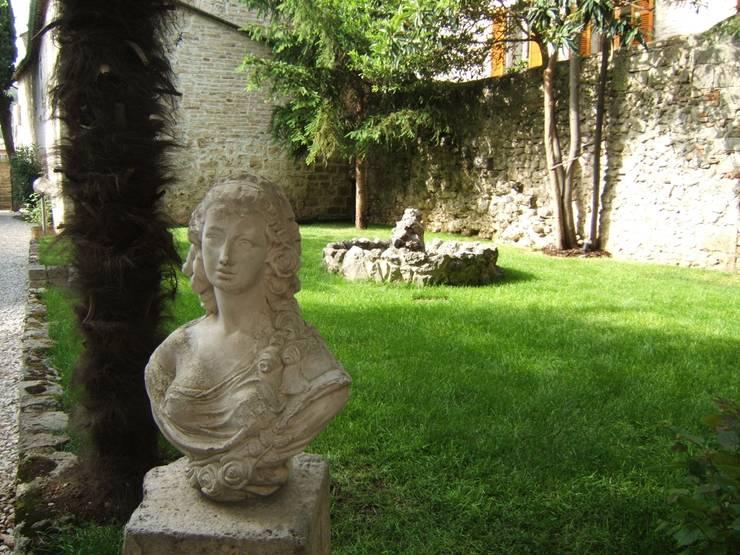 Giardino segreto: Giardino in stile  di Mauro Morganti
