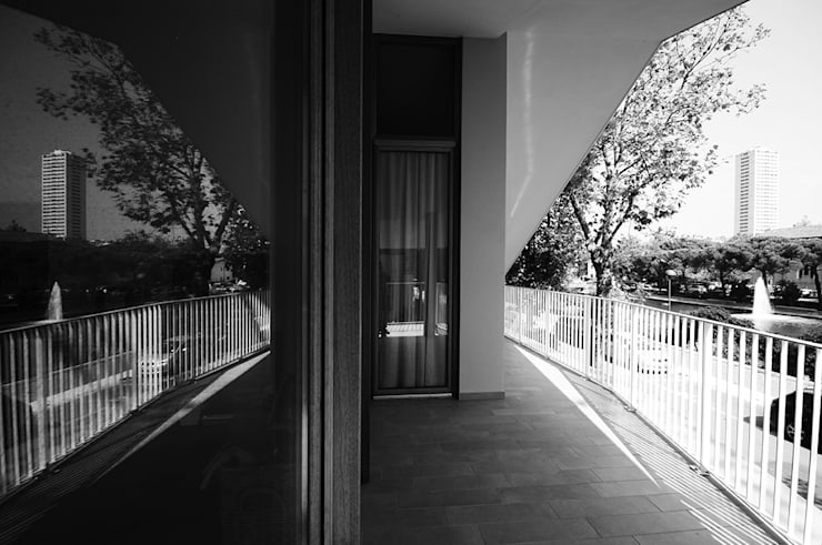 vista del terrazzo al piano primo: Terrazza in stile  di silvia ancarani