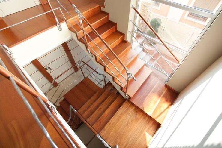 Escalera de Madera de Talí: Vestíbulos, pasillos y escaleras de estilo  de MUDEYBA S.L.