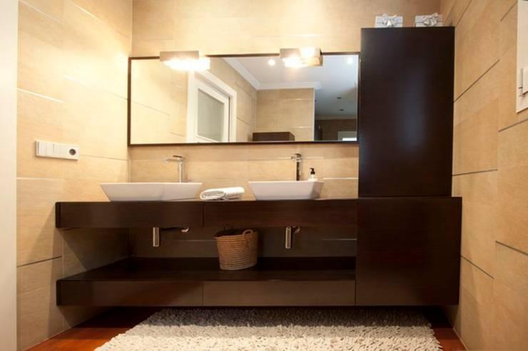 Baño completo en madera de Wengué: Baños de estilo  de MUDEYBA S.L.