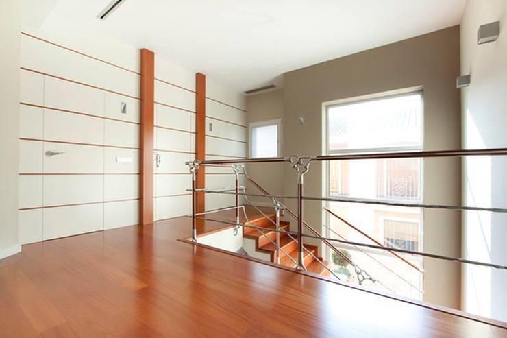 Panelados lacados.: Pasillos y vestíbulos de estilo  de MUDEYBA S.L.