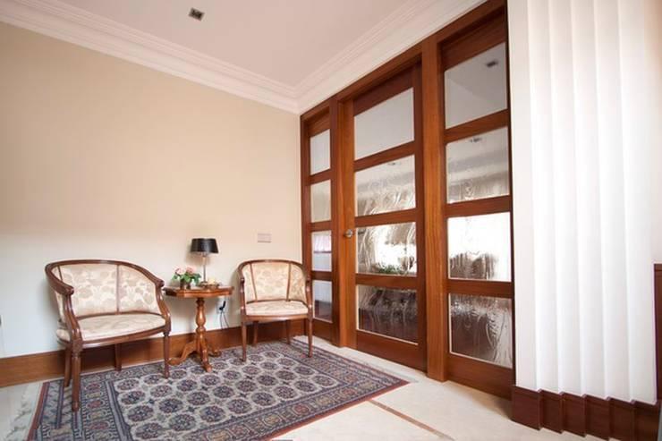 Puerta Vestíbulo: Puertas y ventanas de estilo  de MUDEYBA S.L.