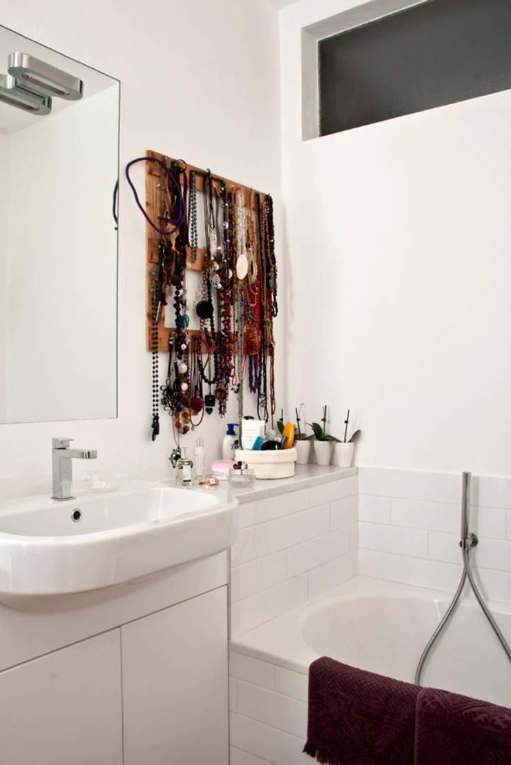 bagno camera da letto: Bagno in stile  di laboMint