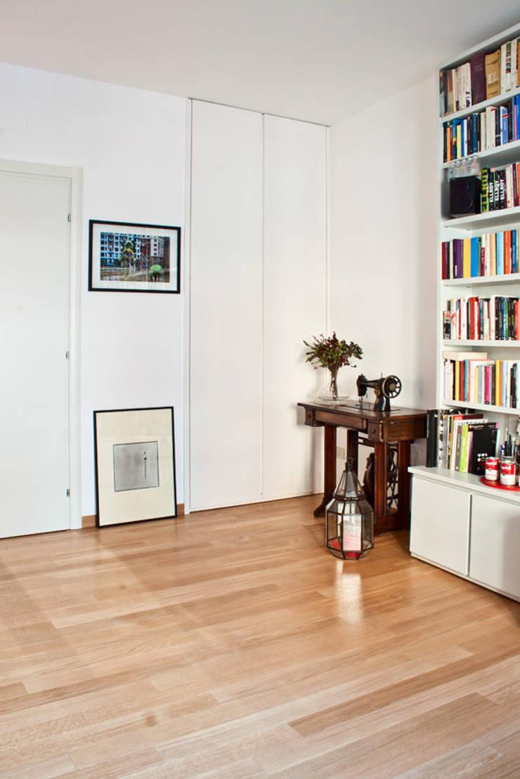 soggiorno - studio: Soggiorno in stile  di laboMint