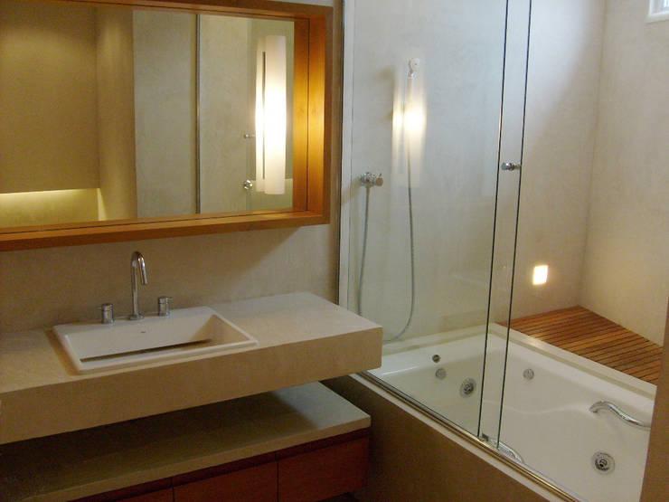 Apartamento Jardim Botânico: Banheiros modernos por Andréa Menezes & Franklin Iriarte
