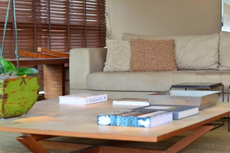 Apartamento Vieira Souto: Salas de estar  por Andréa Menezes & Franklin Iriarte