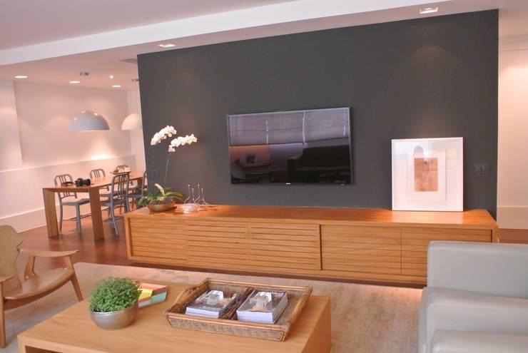 Apartamento Leblon: Salas de estar  por Andréa Menezes & Franklin Iriarte