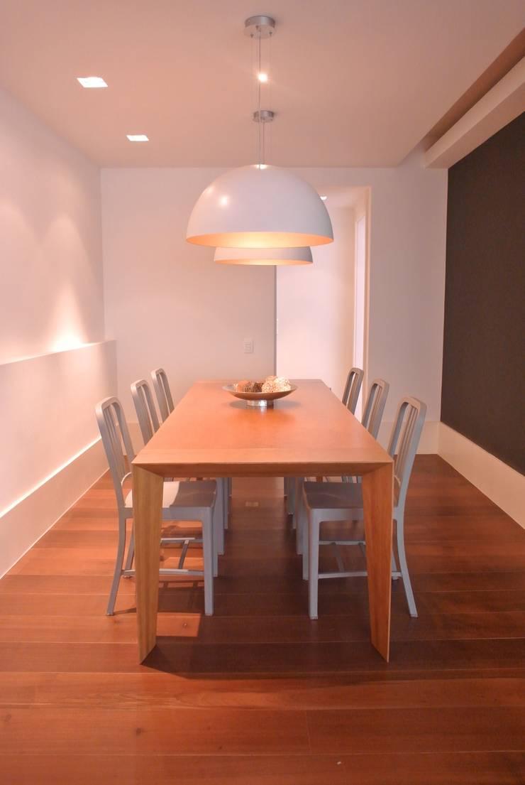Apartamento Leblon: Salas de jantar  por Andréa Menezes & Franklin Iriarte