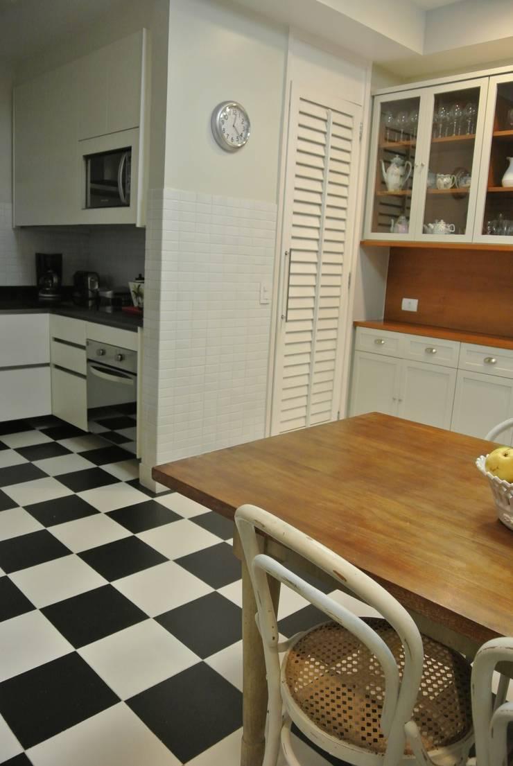Cozinha Leblon: Cozinhas  por Andréa Menezes & Franklin Iriarte,