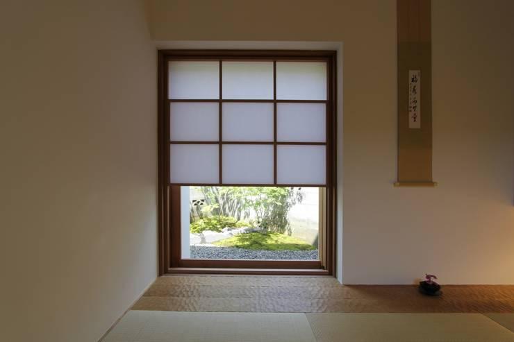 イエニワハナレ: amp / アンプ建築設計事務所が手掛けた和室です。