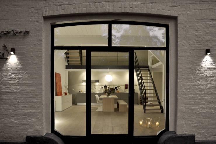 Umbau und Sanierung eines Fachhallenhauses: minimalistische Häuser von BUB architekten bda