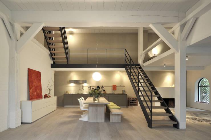 Umbau und Sanierung eines Fachhallenhauses: minimalistische Esszimmer von BUB architekten bda