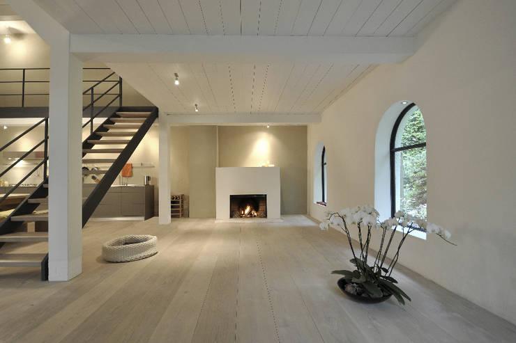 Umbau und Sanierung eines Fachhallenhauses: minimalistische Wohnzimmer von BUB architekten bda