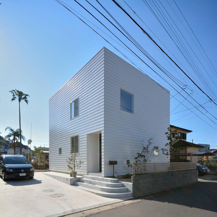 北東外観: 石躍健志建築設計事務所が手掛けた家です。