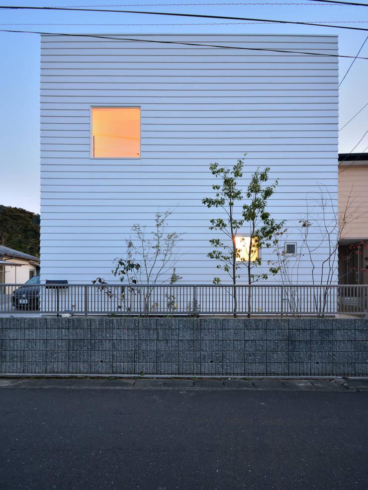 北側夕景: 石躍健志建築設計事務所が手掛けた家です。,