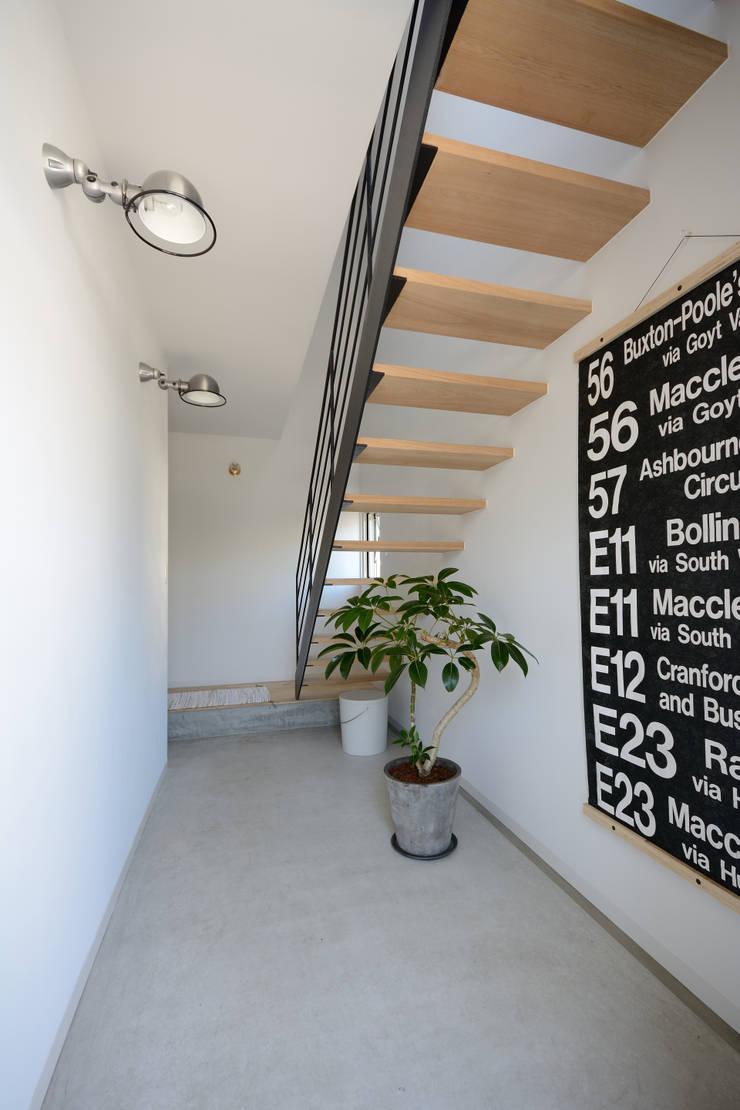 玄関: 石躍健志建築設計事務所が手掛けた廊下 & 玄関です。,