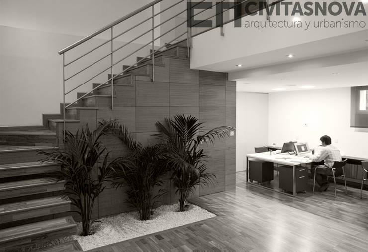 CIVITASNOVA - Escaleras y jardinera: Estudios y despachos de estilo  de CIVITASNOVA