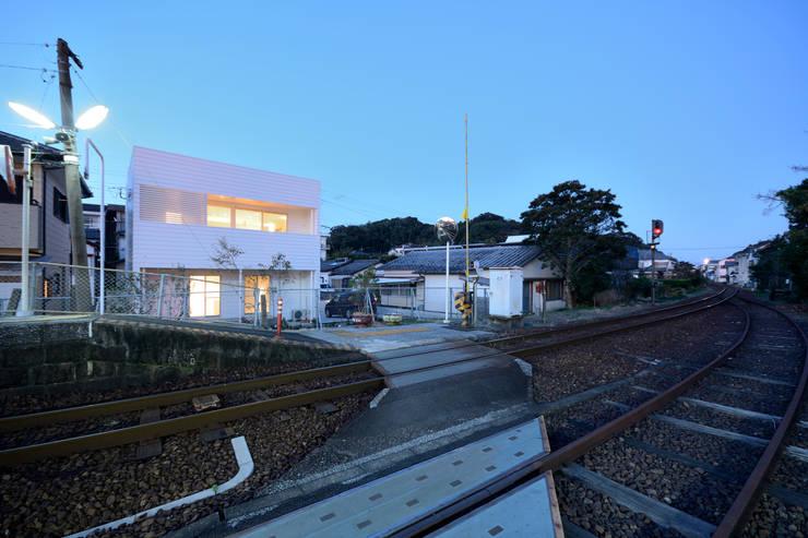 無人駅から見る夕景: 石躍健志建築設計事務所が手掛けた家です。