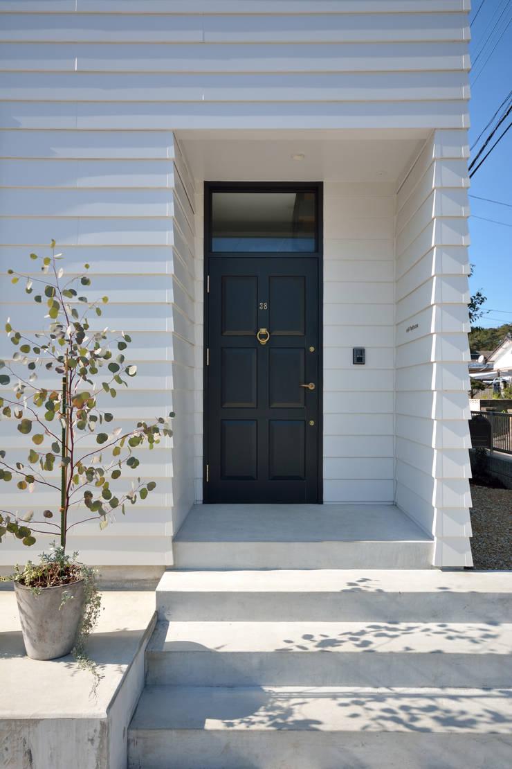 エントランスドア: 石躍健志建築設計事務所が手掛けた家です。,