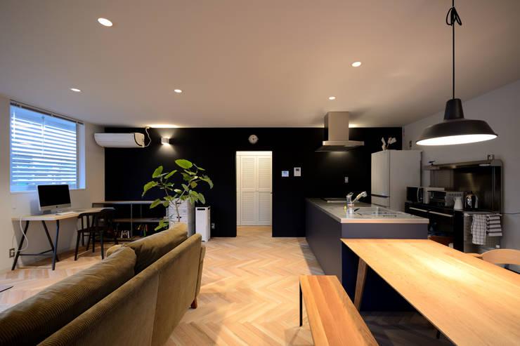 リビング夕景: 石躍健志建築設計事務所が手掛けたリビングです。