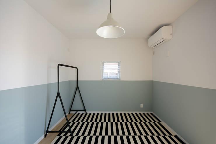 1階個室: 石躍健志建築設計事務所が手掛けた子供部屋です。