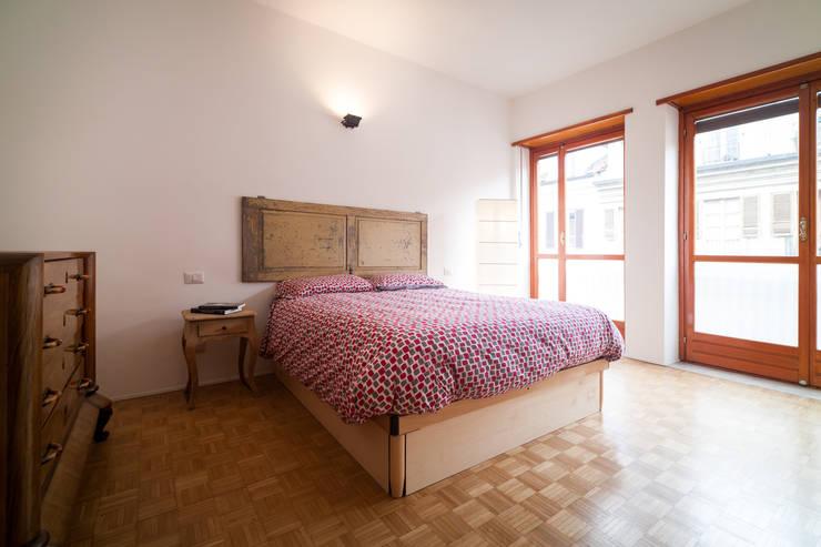 IPAHIM: Camera da letto in stile  di BLA! UFFICIO DI ARCHITETTURA, Moderno