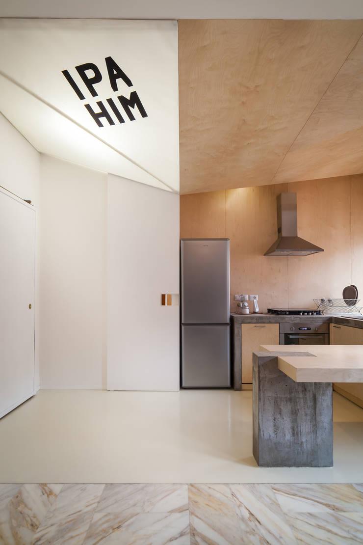 IPAHIM: Ingresso & Corridoio in stile  di BLA! UFFICIO DI ARCHITETTURA, Moderno