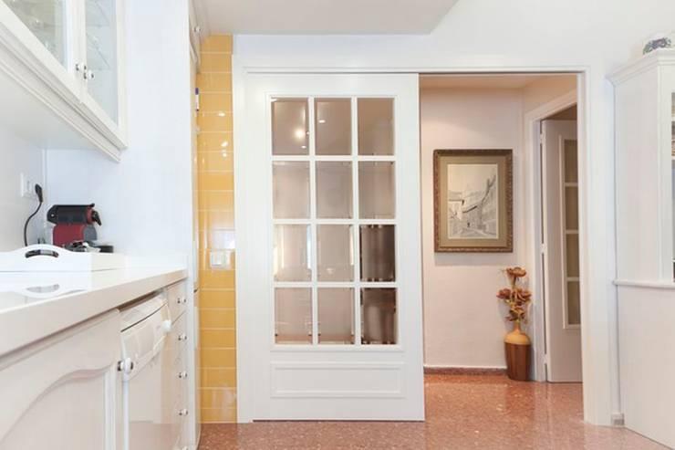 Puerta corredera acristalada: Puertas y ventanas de estilo  de MUDEYBA S.L.