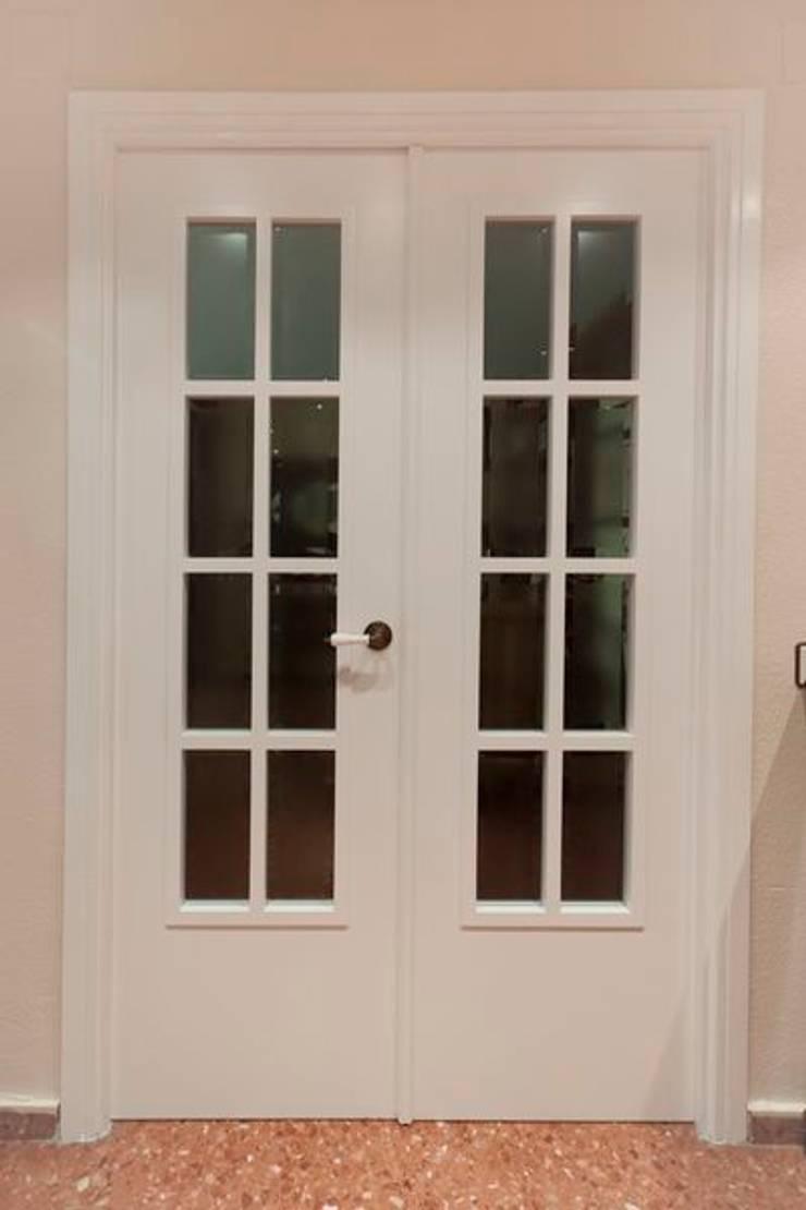 Puerta lacada en blanco: Puertas y ventanas de estilo  de MUDEYBA S.L.