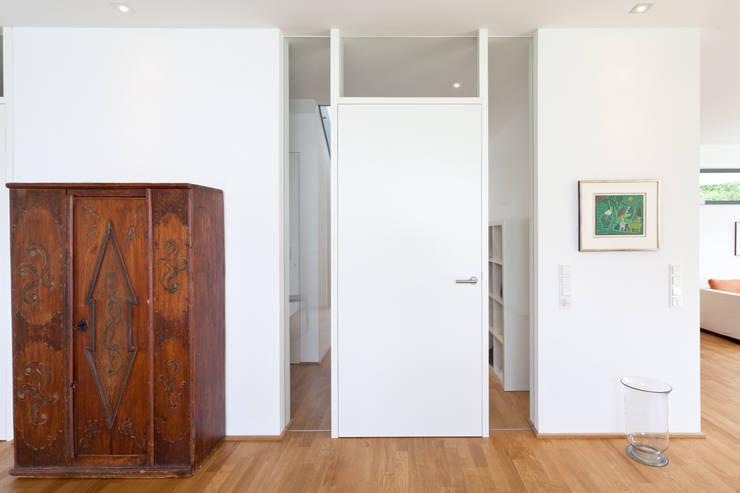 Blockzargentür: moderne Wohnzimmer von Beck+Blüm-Beck Architekten