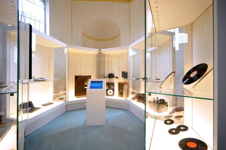 Casa del Suono di Parma: Musei in stile  di smellof.DESIGN