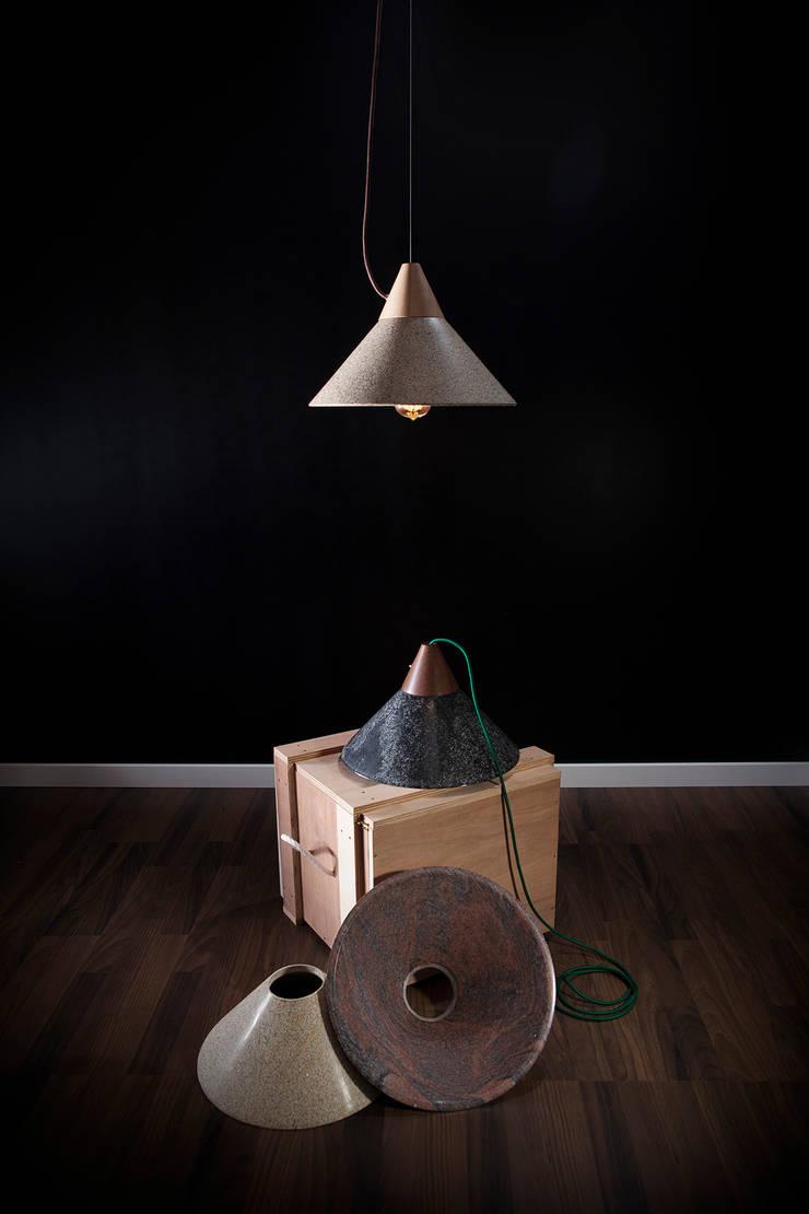 Lámpara MIKA: Salones de estilo  de Decojondepato.com