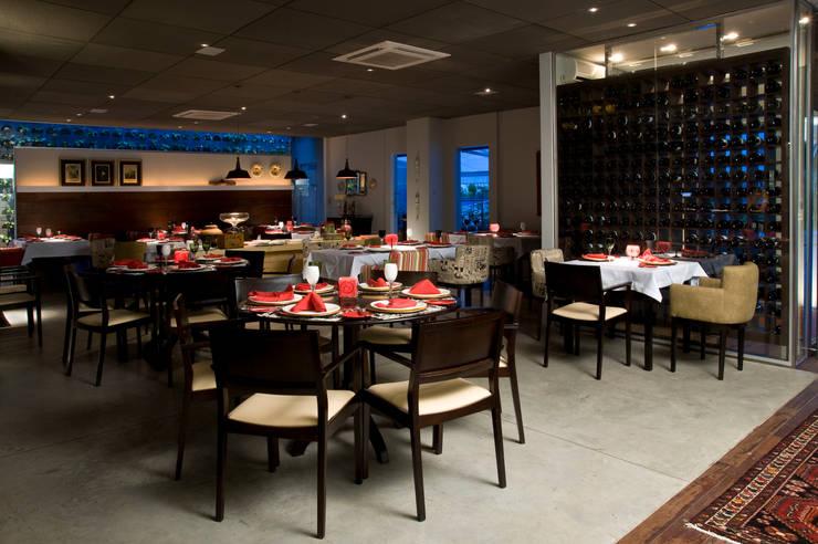Restaurante Oui: Espaços de restauração  por Carlos Otávio Arquitetura e Interiores