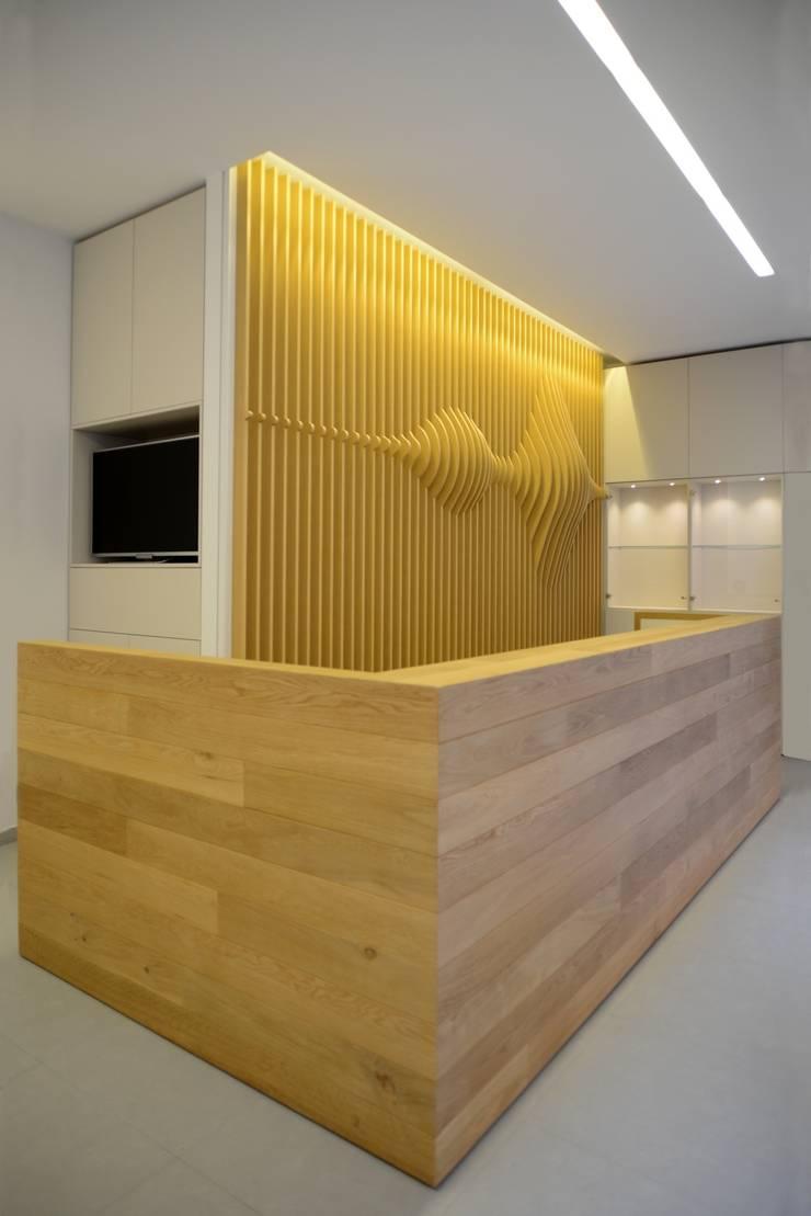 Onde sonore: Negozi & Locali commerciali in stile  di ministudio architetti,