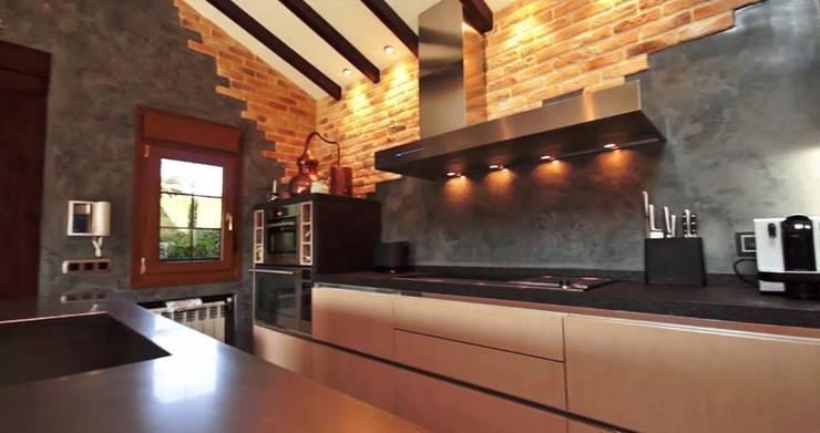 Cocinas de estilo rústico por SOINCO
