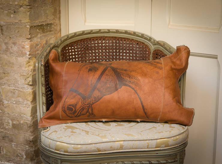 Handmade Leather Cushions: Hogar de estilo  de Lu Ink