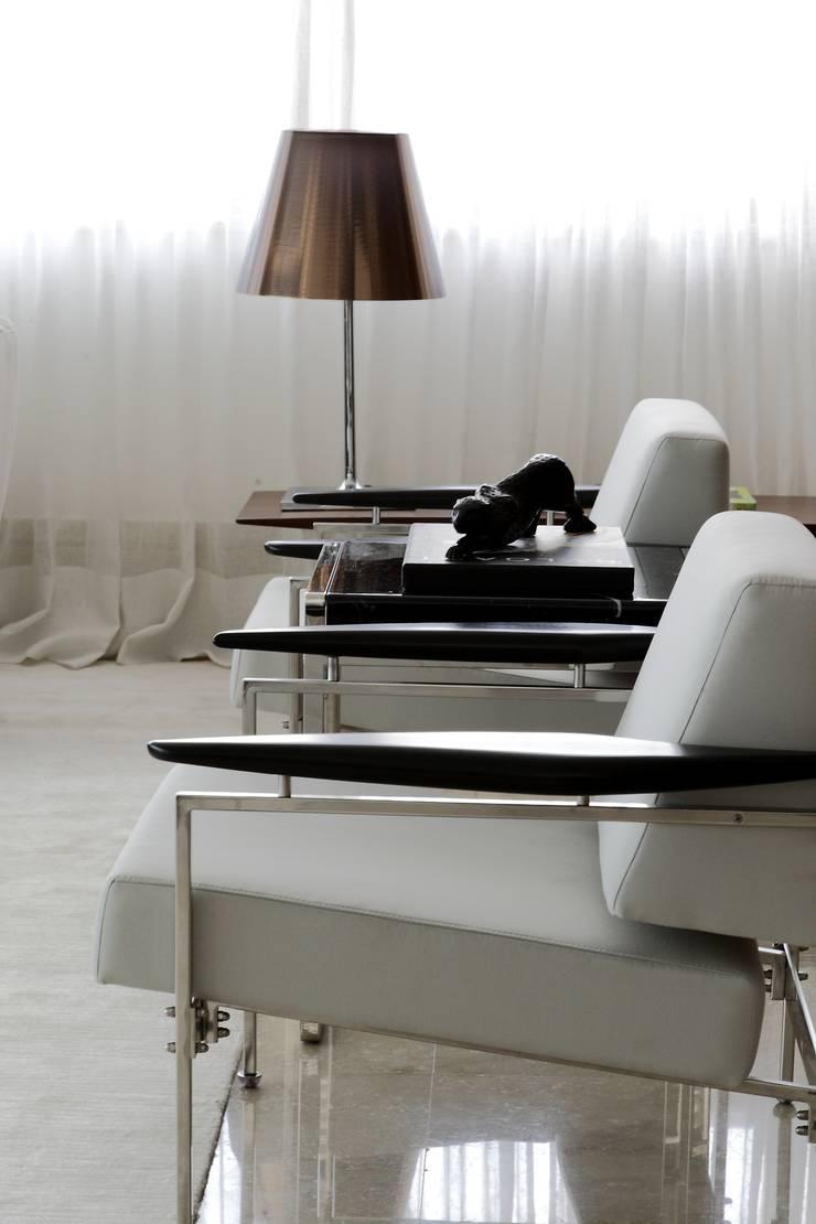 Apartamento St Paul de vence: Salas de estar  por Carlos Otávio Arquitetura e Interiores