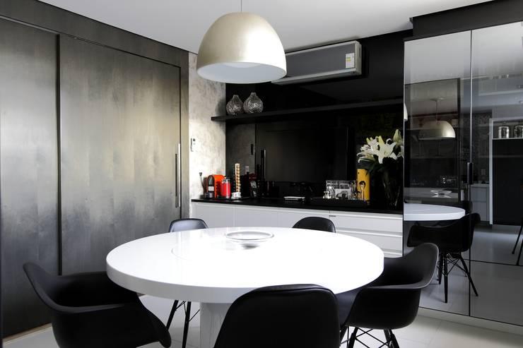 Apartamento St Paul de vence: Cozinhas clássicas por Carlos Otávio Arquitetura e Interiores