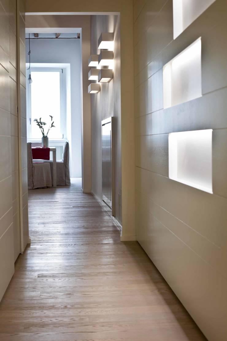 Tetti Romani : Ingresso & Corridoio in stile  di BARBARA BARATTOLO ARCHITETTI