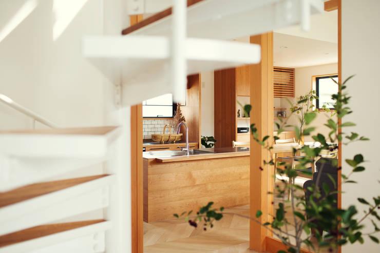 柔らかい光に包まれたらせん階段のある家: ELD INTERIOR PRODUCTSが手掛けた廊下 & 玄関です。