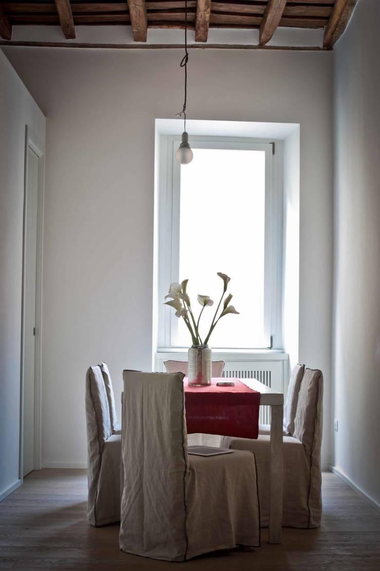 Tetti Romani : Sala da pranzo in stile  di BARBARA BARATTOLO ARCHITETTI