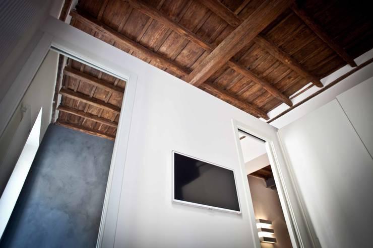 Tetti Romani : Camera da letto in stile  di BARBARA BARATTOLO ARCHITETTI