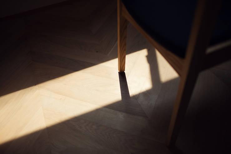 柔らかい光に包まれたらせん階段のある家: ELD INTERIOR PRODUCTSが手掛けたダイニングです。