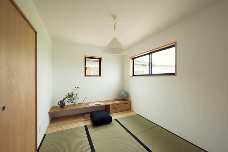 柔らかい光に包まれたらせん階段のある家: ELD INTERIOR PRODUCTSが手掛けた寝室です。